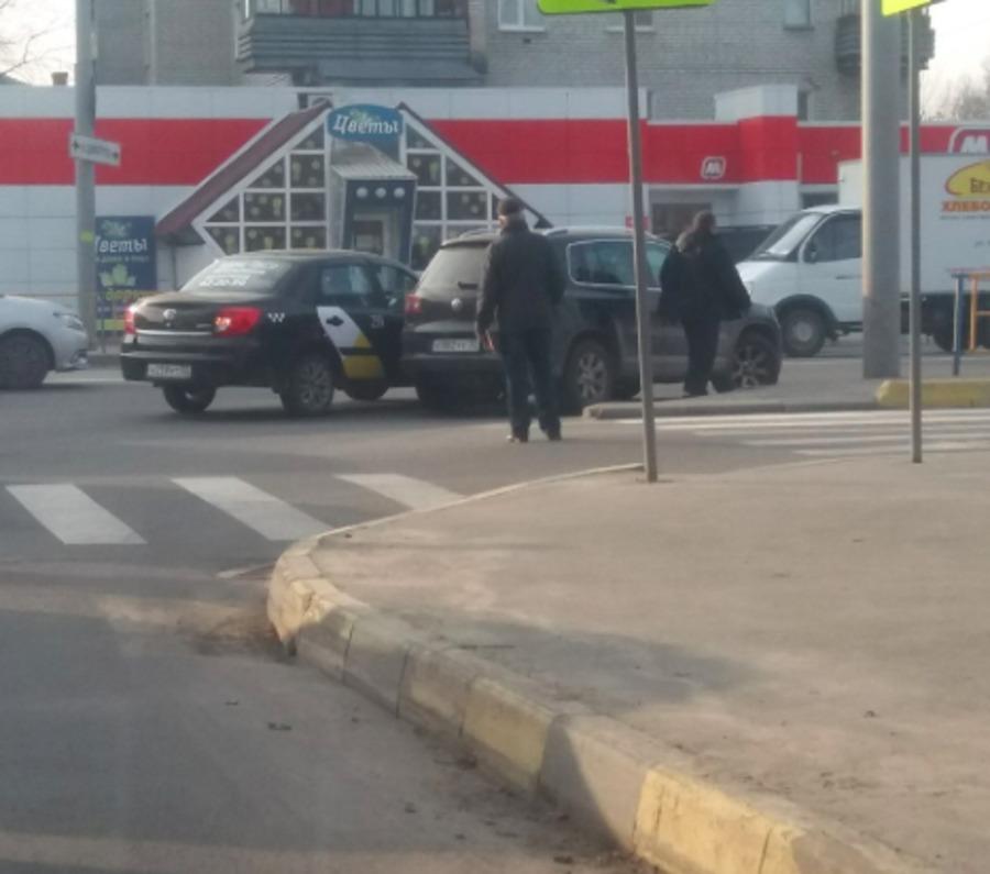В Брянске столкнулись «Яндекс.Такси» и внедорожник «Volkswagen»