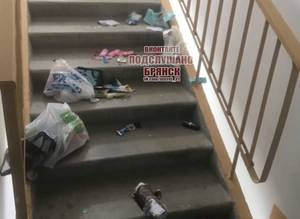 В одном из подъездов в Брянске хамы разбросали мусор