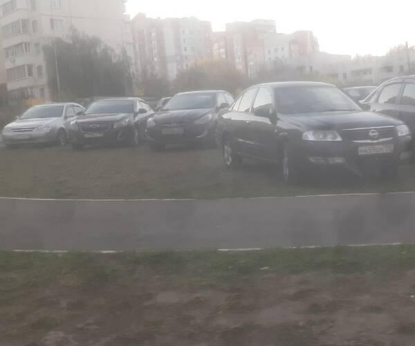 Автохамы захватили тротуар и газон на Романа Брянского