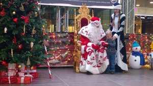 В Брянске в ТРЦ «Аэропарк» Дед Мороз и Снегурочка поздравляют детей