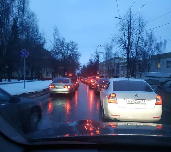 Брянск на улице Советской встал в пробке из-за светофоров