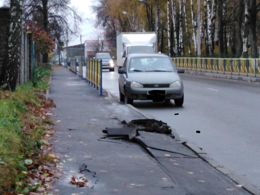 В Брянске грузовики разрушили новый тротуар на Карачижской