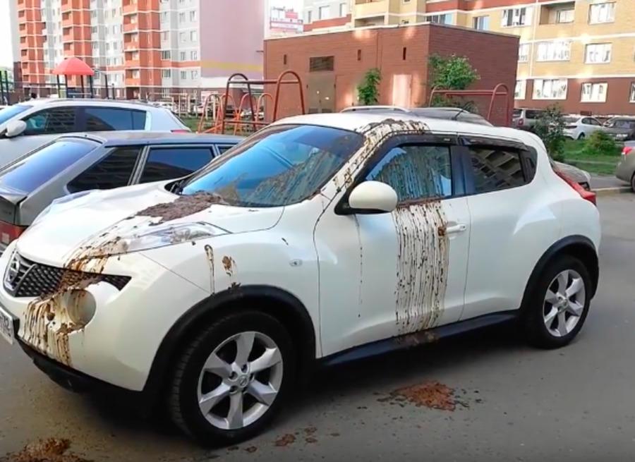 В Брянске хулиганы измазали фекалиями автомобиль «Nissan»
