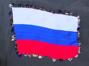 В Брянске на Кургане Бессмертия развернули огромный флаг России