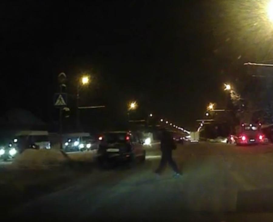 В Брянске неосторожный пешеход едва не попал под машину