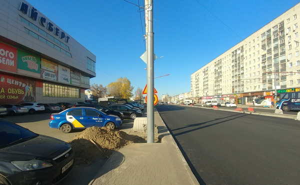 В Брянске сняли на фото столбы посередине тротуара на Авиационной Брянск