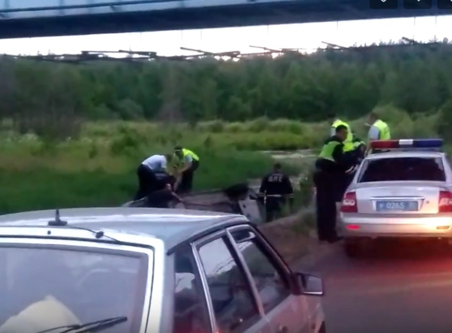 В Брянске водитель «Лады Приоры» слетел в реку, удирая от погони