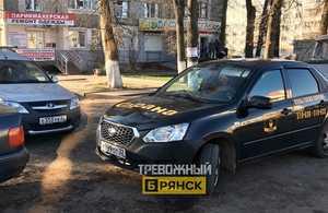 В Брянске автомобиль ЧОП перекрыл двор многоэтажки