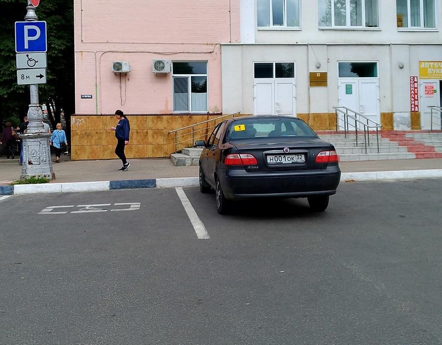 В Брянске водителя иномарки с номером 001 обвинили в автохамстве