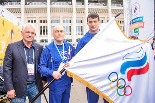Брянскому самбисту Осипенко вручили олимпийское знамя России