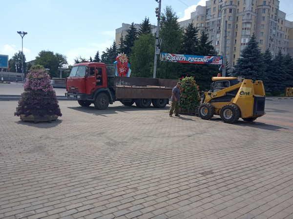 В Брянске ко Дню России украсили площадь Партизан