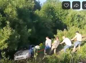 В Брянске водители вытащили улетевшую в кювет иномарку
