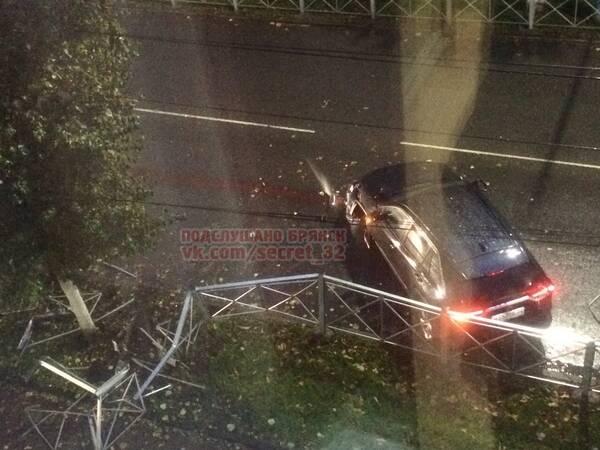 В Брянске на улице Фокина иномарка снесла забор