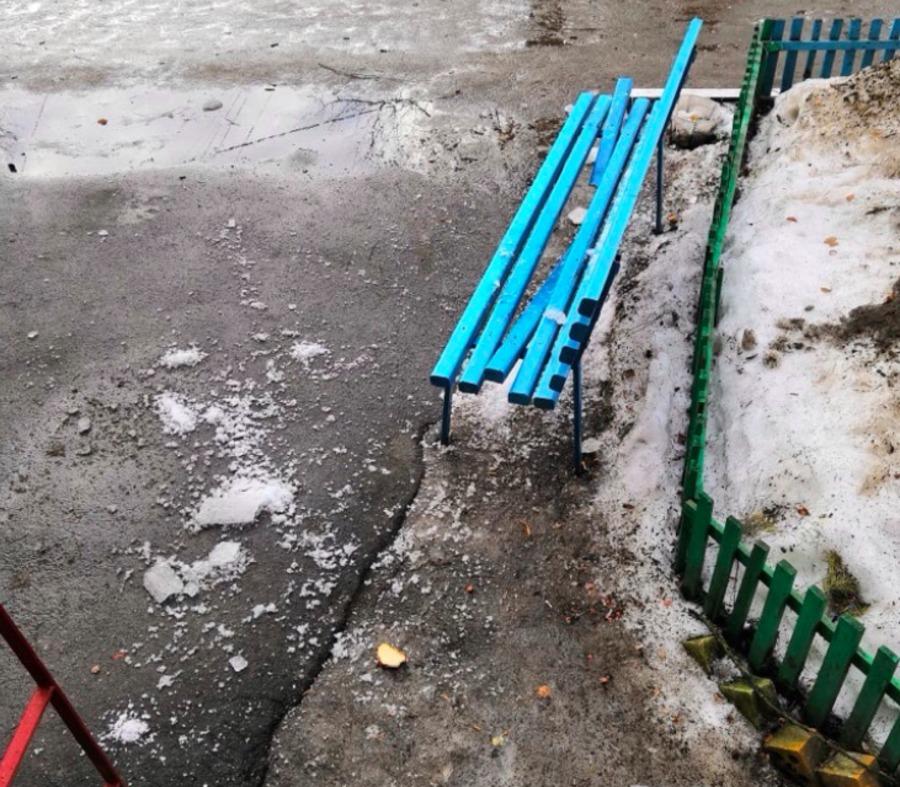 В Брянске упавшая с крыши наледь разбила скамейку у подъезда