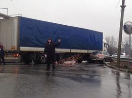 В Брянске возле ТРЦ «Аэропарк» столкнулись легковушка и КамАЗ