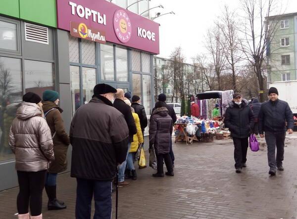 В Брянске сняли на фото очередь за тортами накануне Нового года