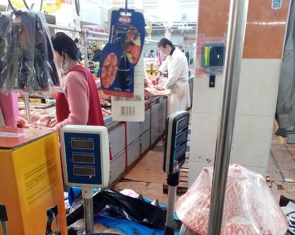 Забыли про коронавирус продавцы мяса на Центральном рынке в Брянске