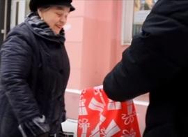 В Брянске таинственные творцы добра вручили пенсионеркам новогодние подарки