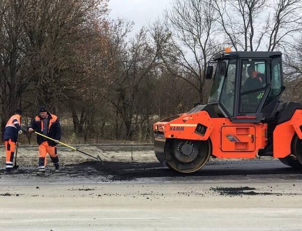 На новой брянской магистрали начали укладывать асфальт