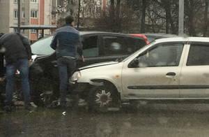 В Брянске столкнулись два автомобиля на улице Бежицкой