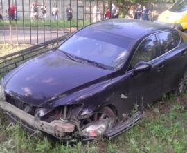 В Брянске автомобиль «Lexus» протаранил забор детской поликлиники