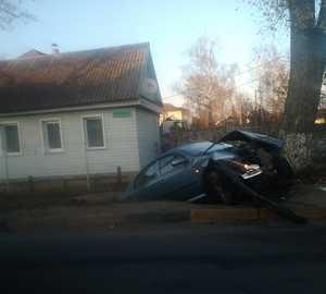 В Брянске на улице 2-й Мичурина автомобиль вылетел в кювет