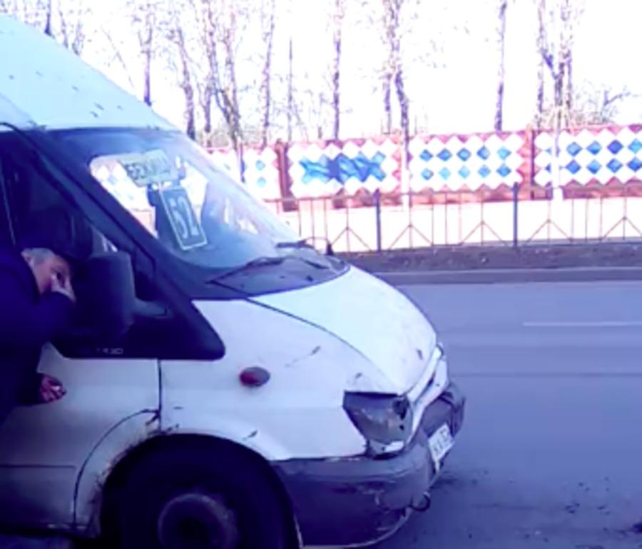 В Брянске маршрутка №52 врезалась в легковой автомобиль