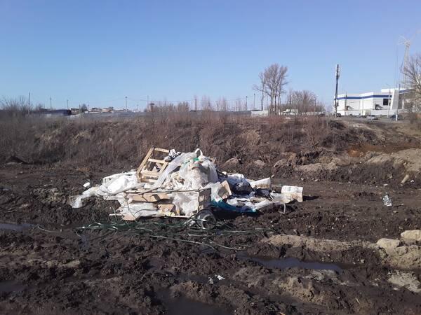 В Брянске сняли на фото свалку стройматериалов возле Дворца единоборств