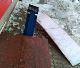 В Брянске с крыши дома упала гигантская глыба