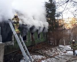 В Брянске на Грибоедова сгорел бесхозный дом