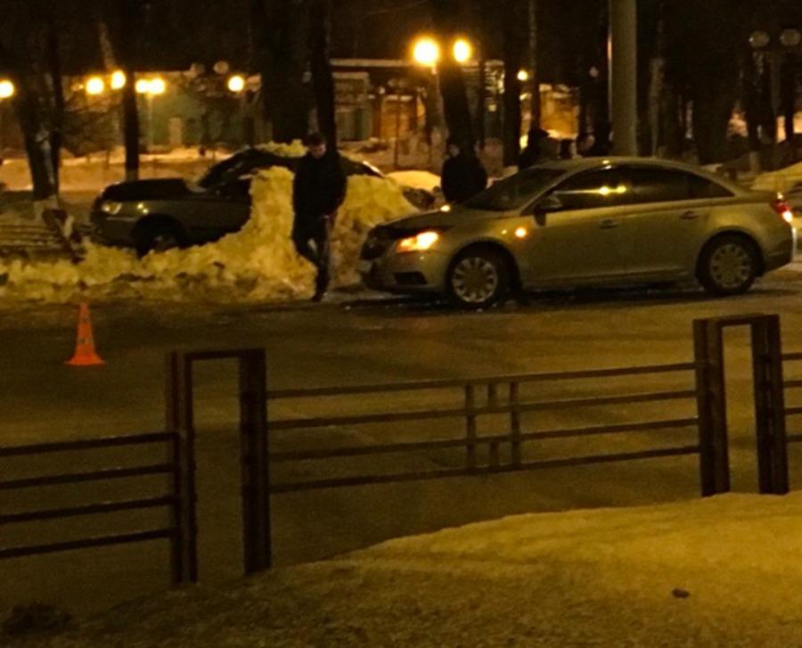В Брянске на Дуки легковушка столкнулась с полицейской машиной