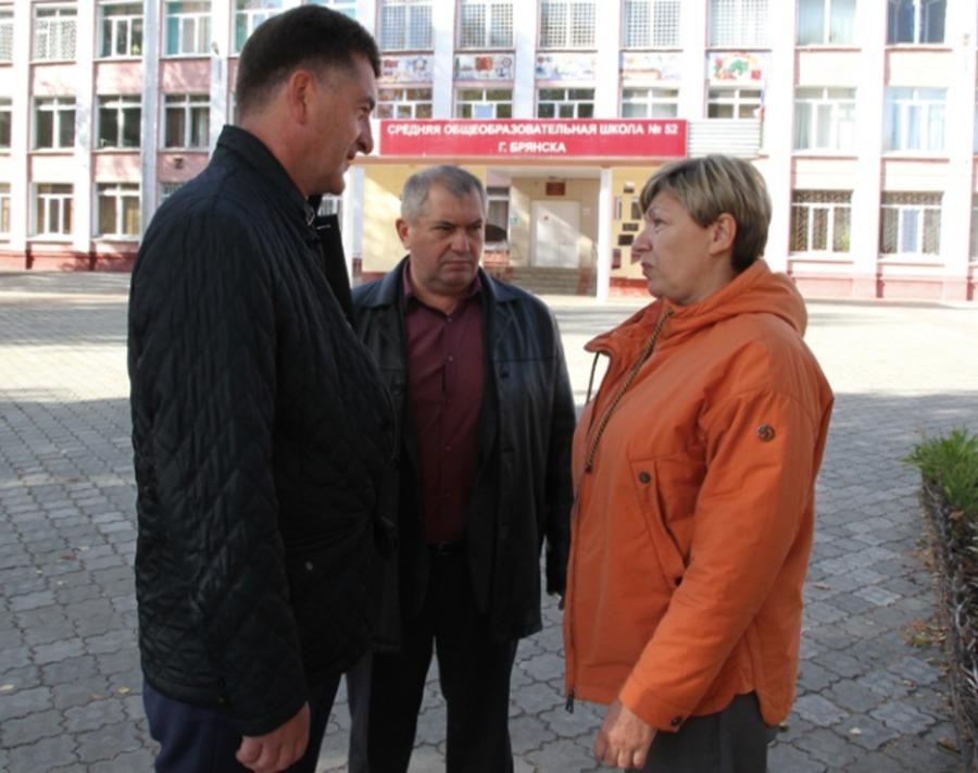 В Брянске сняли на фото объявление о поборах в школе №52