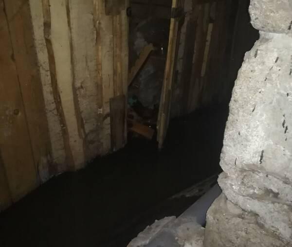 В Брянске подвал многоэтажки на улице Абашева утонул в фекалиях