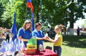 В Климове активисты «Единой России» угостили детей мороженым