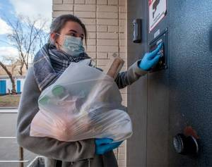 В Брянске помогают пожилым людям более полутора тысяч волонтеров