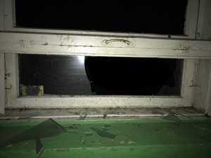 В Брянске на Клинцовской пьяный «мамкин бэтмен» разбил стекло в многоэтажке