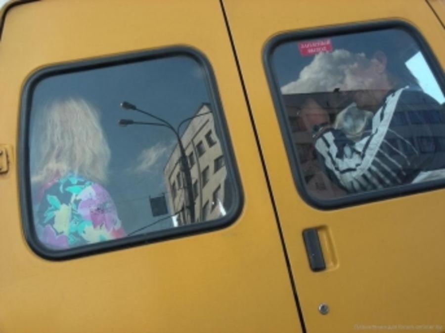 В Брянске из маршрутки через заднюю дверь выпал 4-летний ребёнок