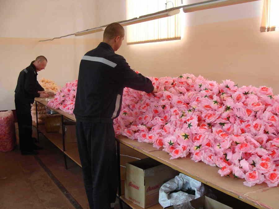 В брянской колонии открыли производство искусственных цветов