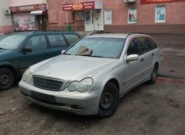 В Брянске неизвестные разбили «Мерседес» на парковке
