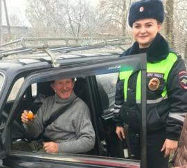 В Севске школьники накормили мандаринами водителей