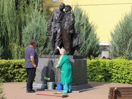 Актеры брянского ТЮЗа вымыли «Горького и Ленина»