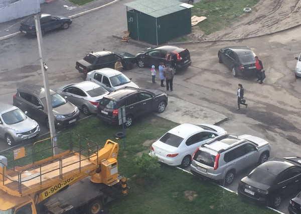В Брянске во дворе многоэтажки столкнулись два автомобиля