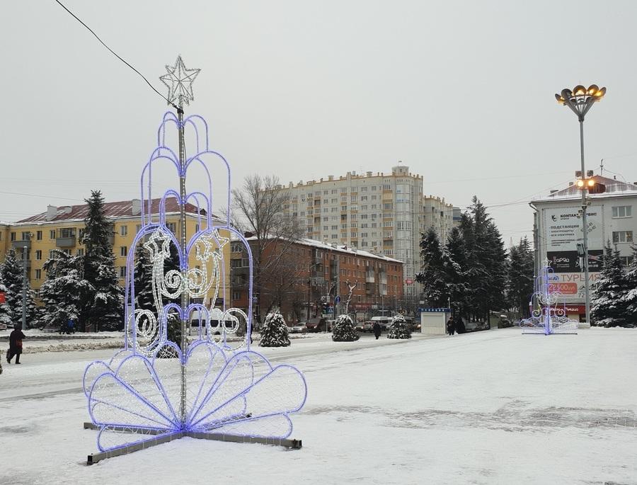 В Брянске на площади Партизан установили необычные елки