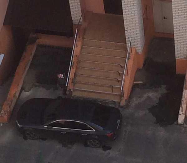 В Брянске очередной автохам на иномарке перекрыл вход в подъезд многоэтажки