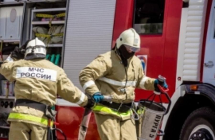 В Бежицком районе Брянска тушили горящий гараж