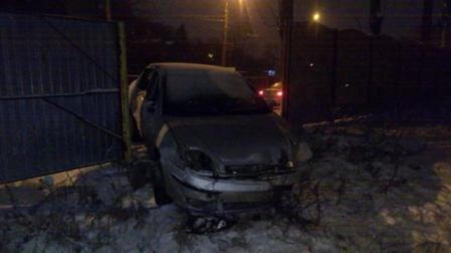 В Брянске на Калинина водитель «Ford» протаранил забор