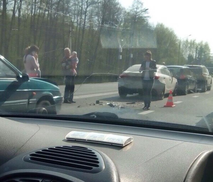 Под Брянском невнимательный водитель «ВАЗ» устроил массовое ДТП