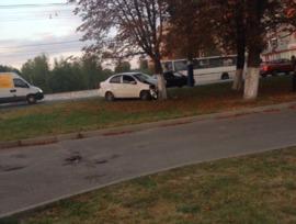 В Брянске иномарка протаранила троллейбус и врезалась в дерево