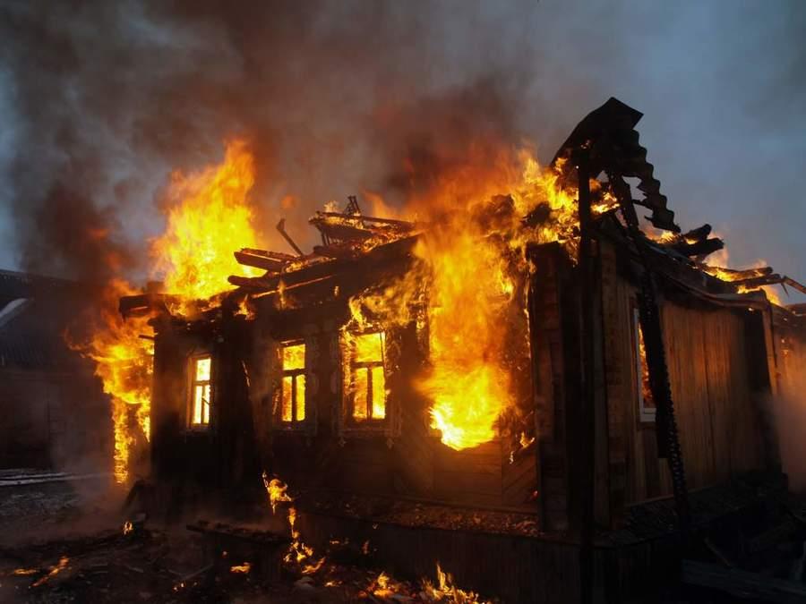 Ночью в Брянске на улице Пионерской горел заброшенный дом