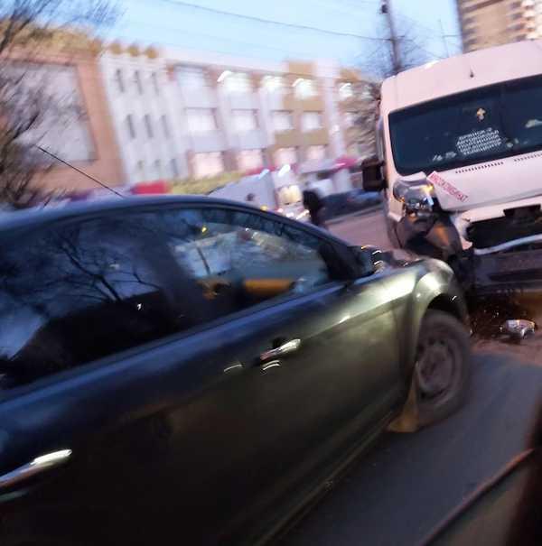 В Брянске столкнулись маршрутка и легковушка